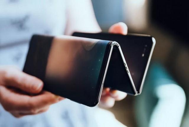 گوشی هوشمند زیگزاگ TCL دارای یک نمایشگر و دو لولا است