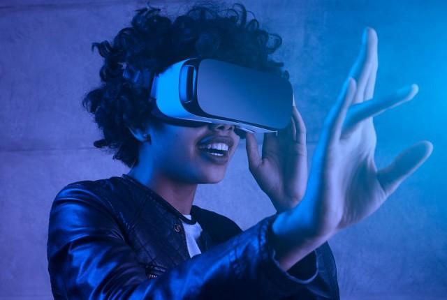 برقراری ارتباط با دیگران از طریق واقعیت مجازی